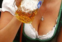 Visitor drinks beer during the opening day of the 184th Oktoberfest in Munich. © Michaela Rehle / Reuters