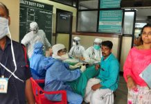Medics wear protective gear to examine patients in Kerala, India © : Reuters