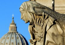 Saint Peter's Basilica is seen behind a statue depicting Saint Catherine © Alessia Pierdomenico : Reuters