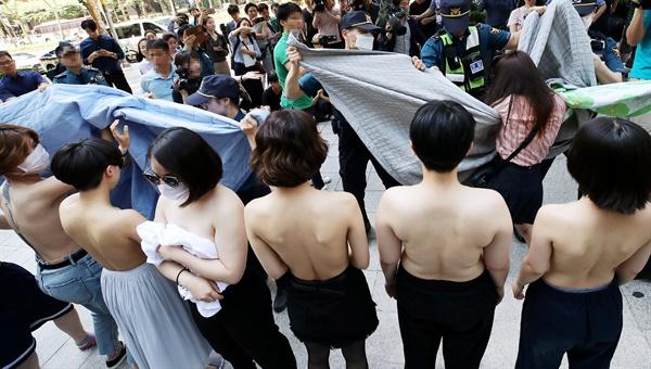 ▲ 2일 오후 서울 강남구 페이스북코리아 앞에서 여성단체