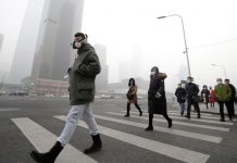 People wearing respiratory protection mask walks in Beijing, China, during heavy smog. © Jason Lee / Reuters