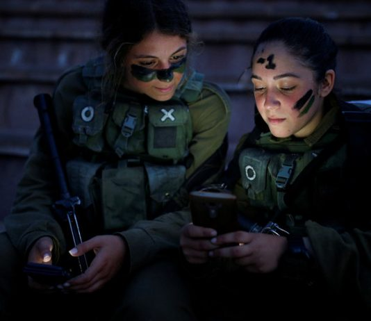 IDF troops having rest during a training session. © Amir Cohen / Reuters