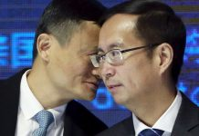 Alibaba founder Jack Ma talks to CEO Daniel Zhang © Kim Kyung-Hoon / Reuters