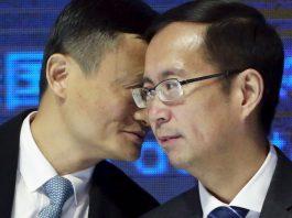 Alibaba founder Jack Ma talks to CEO Daniel Zhang © Kim Kyung-Hoon / Reuters