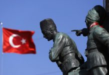 A Turkish flag flutters near the monument of Mustafa Kemal Ataturk at Taksim Square in Istanbul © Reuters / Marko Djurica