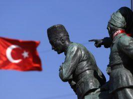 A Turkish flag flutters near the monument of Mustafa Kemal Ataturk at Taksim Square in Istanbul © Reuters / Marko Djurica
