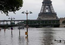 Sur les rives de la Seine à proximité du Pont Bir-Hakeim le 4 juin. / Francois Mori/AP