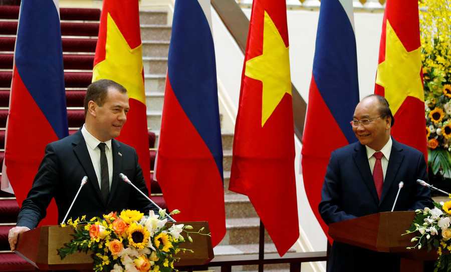 Russia's Prime Minister Dmitri Medvedev attends a news conference with his Vietnamese counterpart Nguyen Xuan Phuc in Hanoi, Vietnam © Reuters