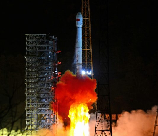 FILE PHOTO: Rocket carrying Chinese lunar probe Chang'e 4 blasts off © Reuters