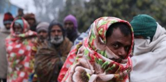 Homeless people stand in a line to collect food on a cold winter's morning in Delhi © REUTERS/Anushree Fadnavis