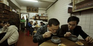 FILE PHOTO. Customers eat snake soup in Hong Kong. ©REUTERS / Bobby Yip
