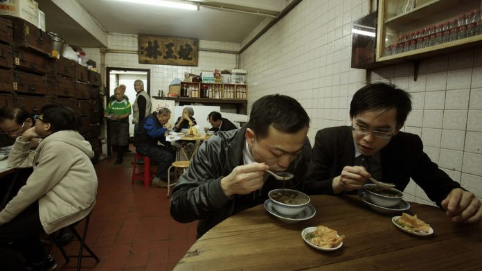 FILE PHOTO. Customers eat snake soup in Hong Kong. ©REUTERS / Bobby Yip