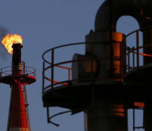 FILE PHOTO: A flame shoots out of a chimney at a petro-industrial factory in Kawasaki near Tokyo, Japan. © Reuters / Thomas Pete