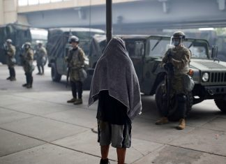A man stands in front of National Guard members in Minneapolis, Minnesota, US, May 29, 2020 © Reuters / Carlos Barria